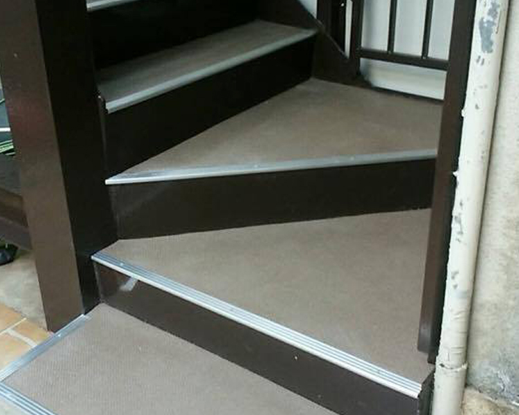 外部鉄骨階段塗装雨よけ、目隠しボード貼替階段ノンスリップシート貼