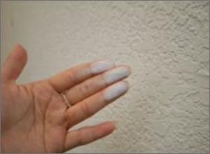 壁に手を擦り付けると白い粉がつく
