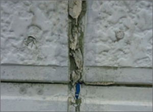 壁と壁のつなぎ目を指で押して、凹んだままになる