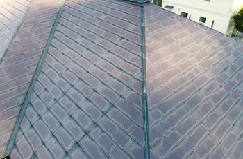 屋根の色あせが目立つ状態