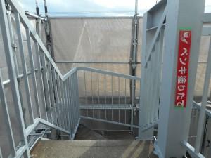 マンション「外部階段には高耐久のフッ素塗装を。住民の方の安全を考慮し、ノンスリップシートを」