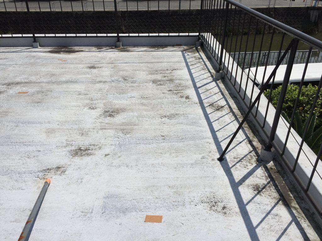 色落ち劣化や傷みが目立つベランダ床の防水塗装(FRP防水)姫路市