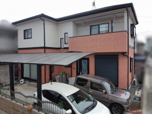 ボロボロ屋根が気になって!屋根カバー工法&レンガ風外壁を2色再現工法で明るい色へ